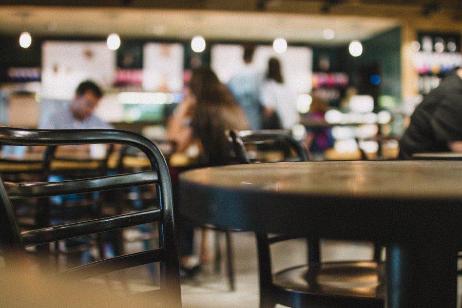 Секс с молодыми в кафе
